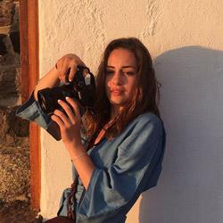 Laura Tessier : jeune femme tenant un appareil photo