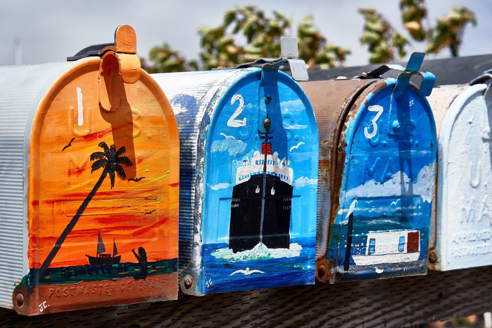 Quatre boîtes aux lettres de couleur