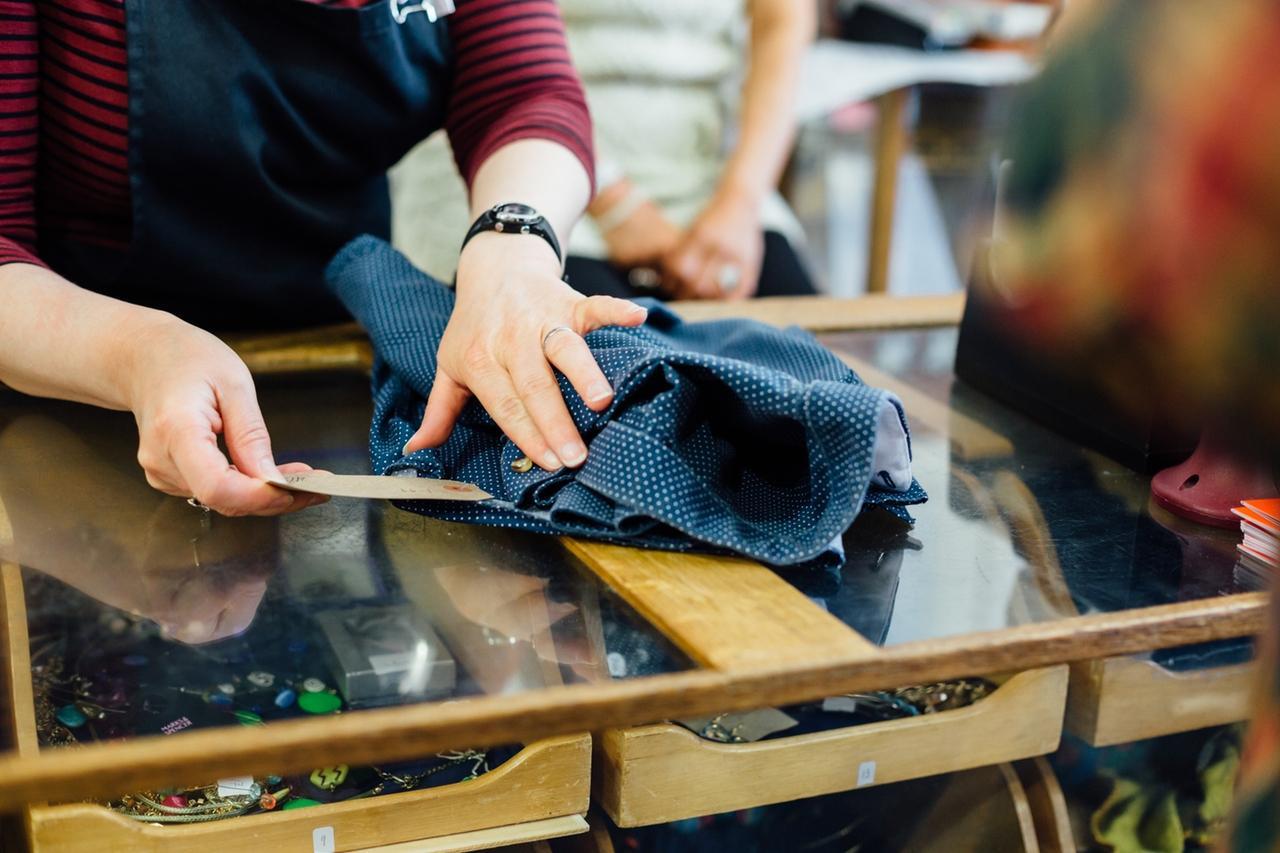 Une femme ajoute une étiquette à une chemise