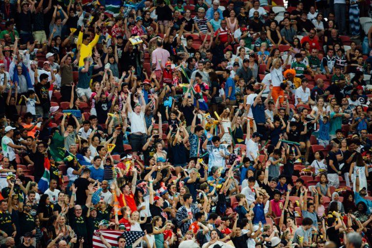 Une foule en délire dans un stade