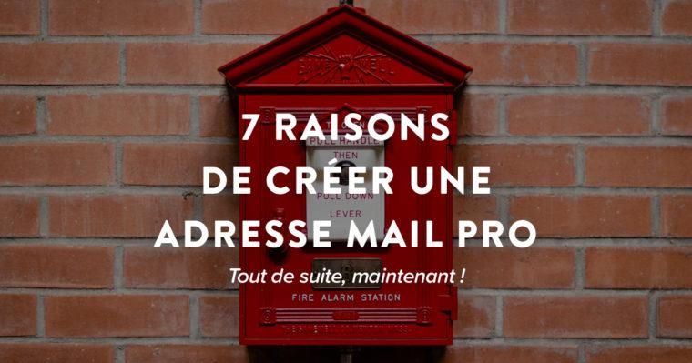 Une boîte aux lettres rouge sur fond de briques rouges