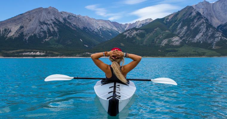 Une femme dans un kayak au Canda