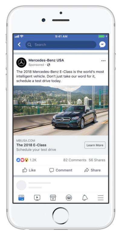 Smartphone blanc présentant une publicité pour Mercedes sur Facebook