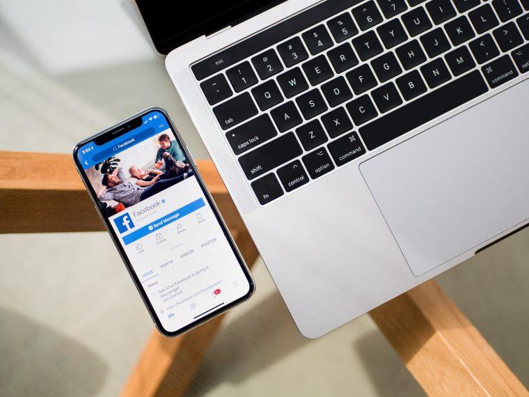 L'application Facebook lancée sur un smartphone