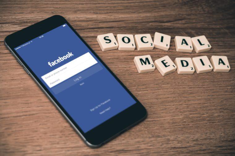 Un smartphone connecté à facebook