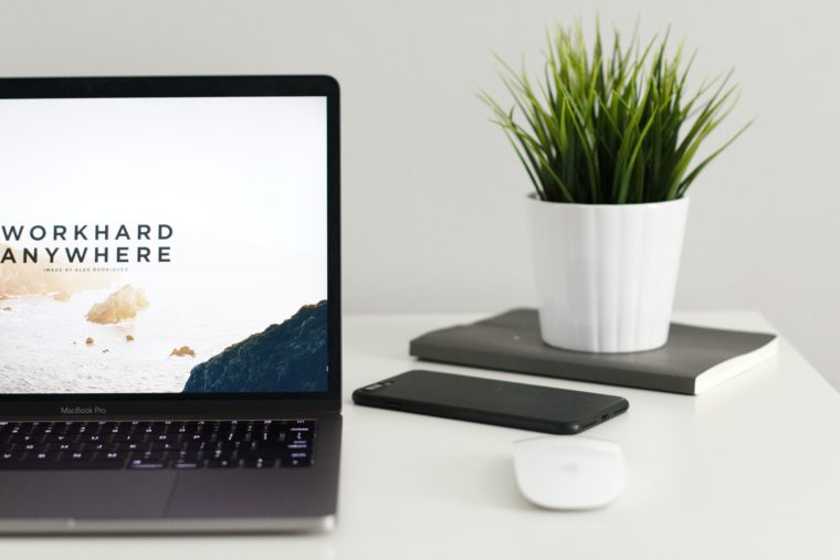 Un pc sur un bureau avec un smartphone et une souris