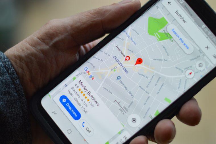 Google Maps sur un smartphone tenu dans une main