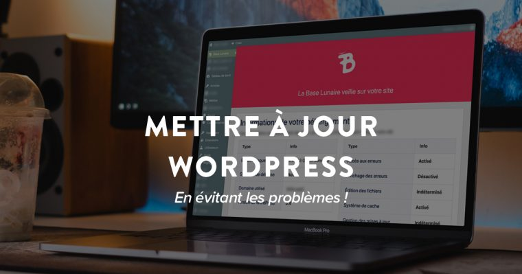 Mac Book Pro sur un bureau avec l'interface d'hébergement WordPress de la Base Lunaire