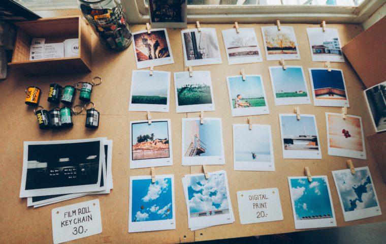 Photos de Polaroid posées sur une table en bois