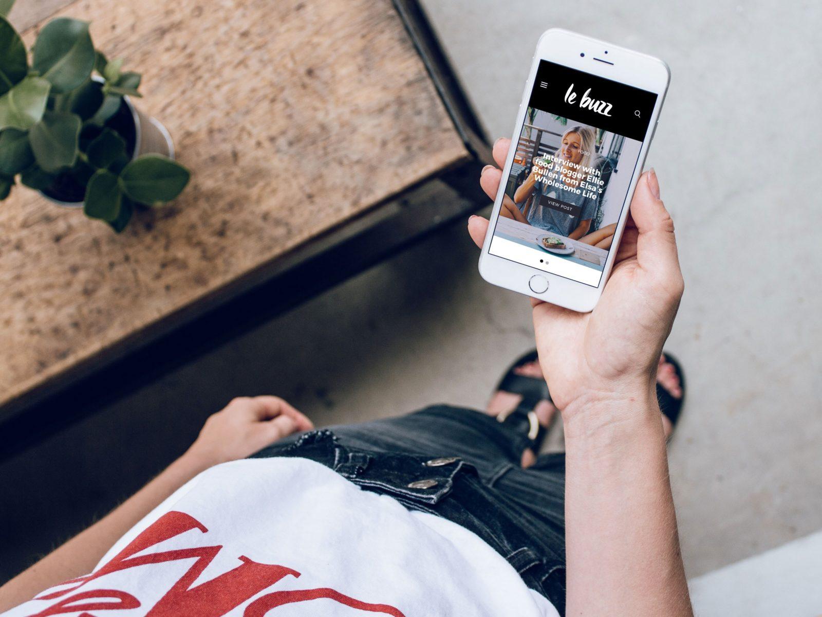 Une femme tient un smartphone dans sa main