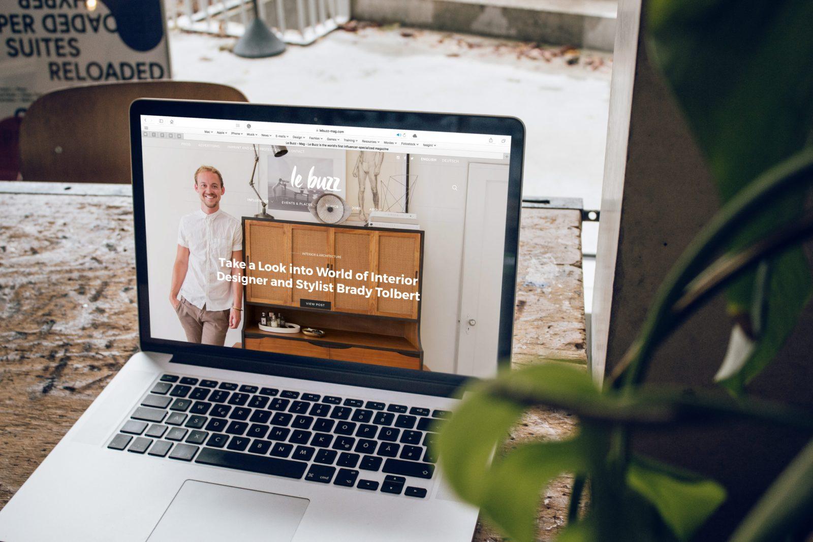 Site web sur un mac où un homme sourit sur la home
