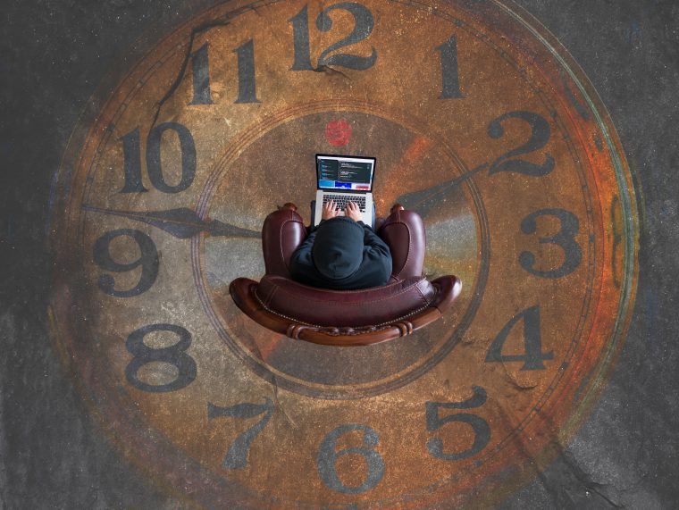 Un homme assis sur un fauteuil au milieu d'une horloge peinte sur le sol